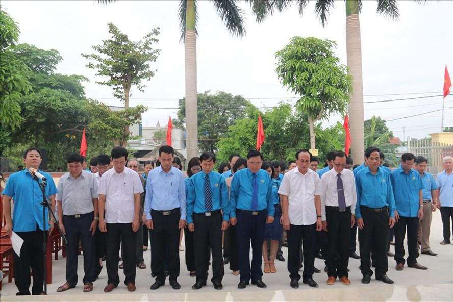 Các đại biểu dâng hương tưởng niệm và báo công đồng chí Nguyễn Đức Thuận.