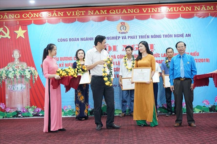 Biểu dương người lao động tiêu biểu ngành Nông nghiệp và Phát triển nông thôn Nghệ An. Ảnh: PV