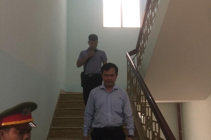 Bị can Nguyễn Hữu Linh rời tòa sau khi thẩm phán tuyên trả hồ sơ để điều tra bổ sung. Ảnh: Huân Cao