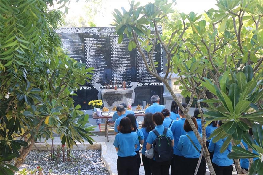 Đại diện Tổng LĐLĐ Việt Nam và các bộ công đoàn Khánh Hòa dâng hương tại khu tưởng niệm Gạc Ma nhân kỉ niệm này thương binh liệt sĩ 27.7. Ảnh: P.L