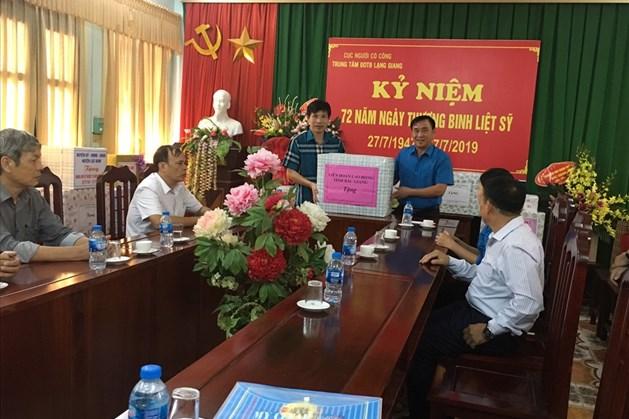 Đồng chí Nguyễn Văn Bắc - Phó Chủ tịch Liên đoàn Lao động tỉnh tặng quà các thương, bệnh binh Trung tâm Điều dưỡng Thương binh Lạng Giang.