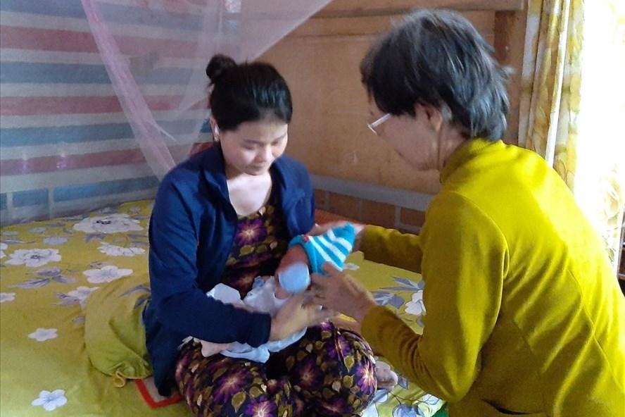 Cô giáo The bị chấm dứt hợp đồng lao động khi mang thai, sinh con thì mất việc nên cuộc sống gặp nhiều khó khăn. Ảnh: Nguyễn Hùng