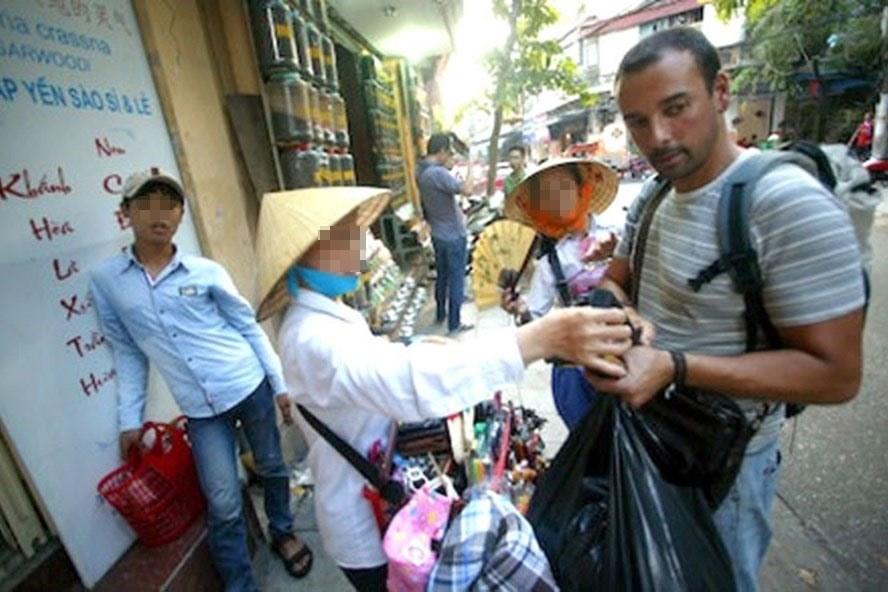 Một trường hợp chèo kéo khách du lịch tại khu vực Hồ Hoàn Kiếm. Ảnh: K.A