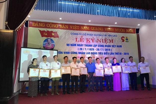 Chủ tịch Công đoàn ĐSVN Mai Thành Phương và Bí thư Đảng uỷ, Chủ tịch HĐQT Công ty Nguyễn Chí Thịnh trao tặng Bằng khen cho các cá nhân tại buổi Lễ