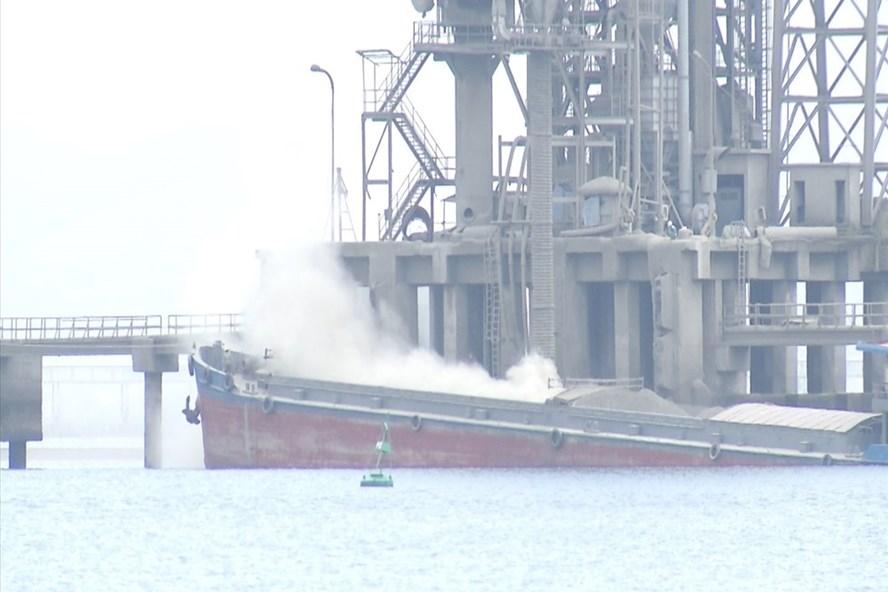 Bụi clinker mịt mù tại cảng bốc, rót nguyên liệu giữa vịnh Cửa Lục của Nhà máy xi măng Hạ Long. Ảnh: N.H