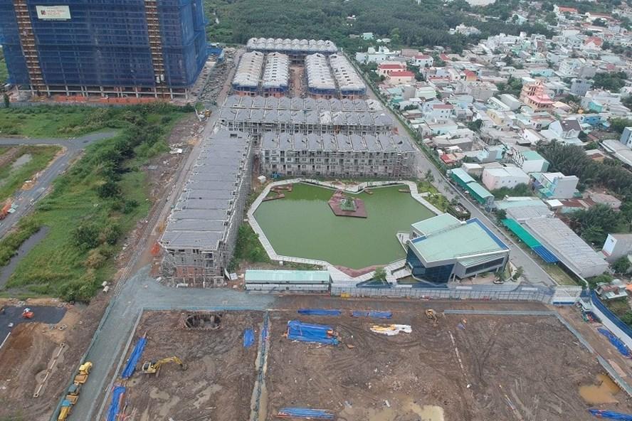 110 căn biệt thự đã được Công ty Hưng Lộc Phát xây dựng xong phần thô. Ảnh: H.H