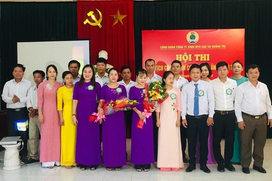 Lãnh đạo Cty TNHH MTV Caosu Quảng Trị tặng hoa chúc mừng cán bộ công đoàn tham gia hội thi. Ảnh: Hoàng Tuân.