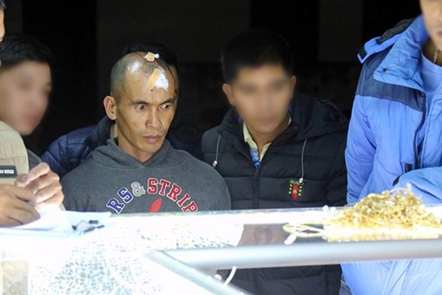 Đối tượng Văn Đức Khánh khám nghiệm hiện trường vụ trộm tiệm vàng (Ảnh:Đ.K)