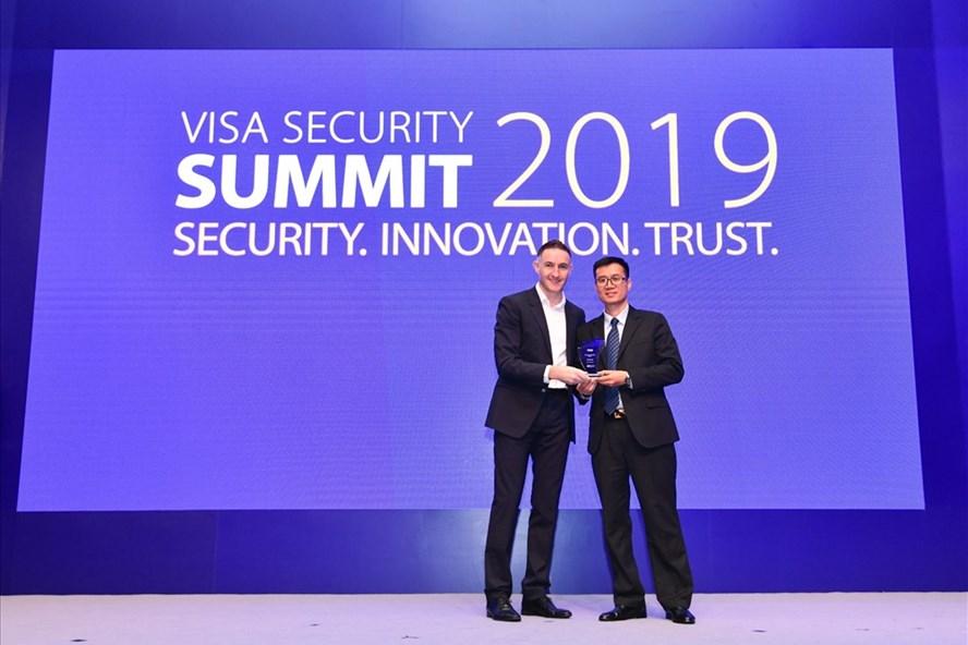 Đại diện Trung tâm thẻ Vietcombank nhận giải thưởng do Tổ chức thẻ quốc tế Visa trao tặng. Ảnh: VCB