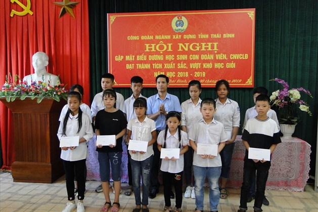 Đồng chí Đào Ngọc Duấn - Chủ tịch CĐ ngành trao quà cho các cháu học giỏi vượt khó. Ảnh: Bá Mạnh