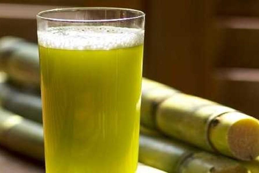 Uống nước mía có những nguy cơ tiềm ẩn đối với sức khỏe mà nhiều người không biết. Ảnh minh họa