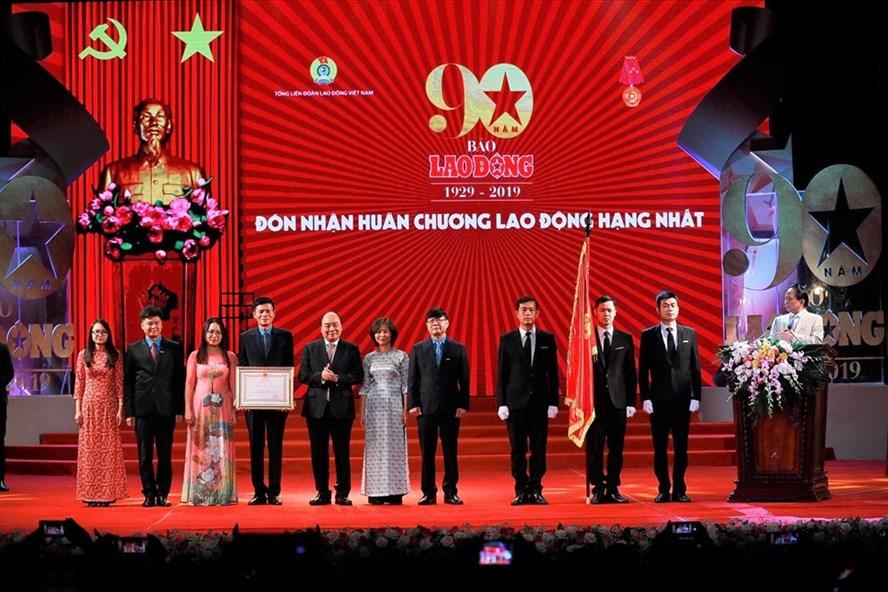 Thủ tướng Chính phủ Nguyễn Xuân Phúc trao tặng Huân chương Lao Động hạng Nhất cho Báo Lao Động. Ảnh: Hải Nguyễn.
