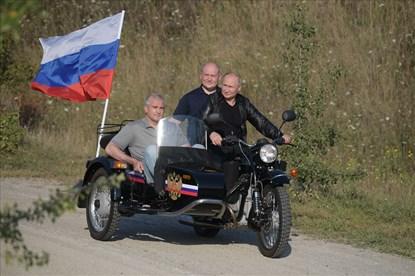 Ukraina phản ứng khi Tổng thống Putin cưỡi môtô ở Crimea
