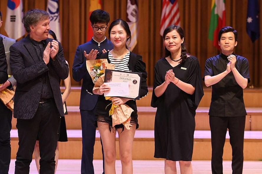 Bà Phạm Thị Hiền - Đại diện ABBANK và Ban giám khảo trao giải nhì bảng Violin cho thí sinh Hong Hyeon (Hàn Quốc).