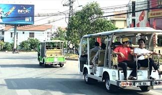 Vào mùa cao điểm du lịch, nhu cầu xe điện phục vụ du khách tăng cao. Ảnh: Lê Phi Long