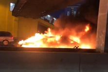 Đâm xe tải ở chế độ tự lái, xe điện Tesla 3 cháy ngùn ngụt