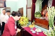 Chủ tịch Quốc hội dâng hương tưởng niệm Chủ tịch Hồ Chí Minh