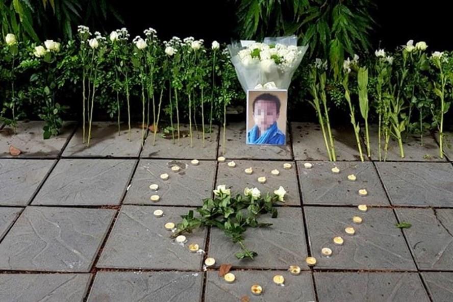 Những bó hoa và nến tưởng niệm bé L.H.L. Ảnh: Phan Ngọc Minh