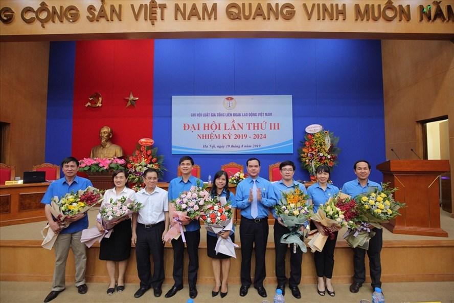 Đồng chí Nguyễn Đình Khang - Chủ tịch Tổng LĐLĐVN (thứ 4 từ phải qua) chúc mừng các thành viên trong Ban Chấp hành Chi hội Luật gia nhiệm kỳ 2019 - 2024. Ảnh: Đ.P