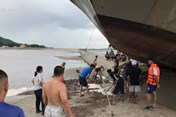"""Hi hữu: Tàu khách """"leo nhầm"""" lên đê bao khi đi tránh bão số 3 ở Quảng Ninh"""