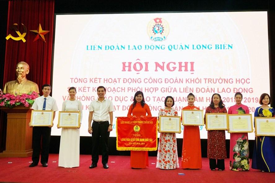Phó Chủ tịch LĐLĐ TP Hà Nội Lê Đình Hùng trao thưởng cho các tập thể, cá nhân có thành tích tốt trong hoạt động Công đoàn. Ảnh: L.B