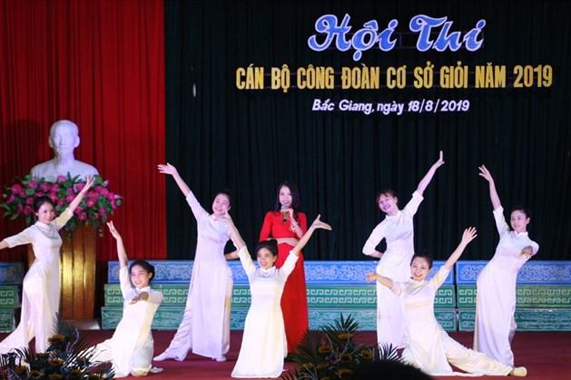 Thí sinh Vũ Thị Kim Chi, Công đoàn Công ty TNHH Newwing Interconnect Technology (Bắc Giang) thể hiện phần thi Tài năng.
