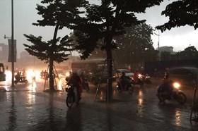 Hà Nội bỗng tối đen vào đầu giờ chiều, người đi đường phải bật đèn xe