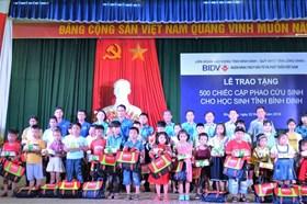 Trao 500 cặp phao cứu sinh cho trẻ em vùng sông nước Bình Định