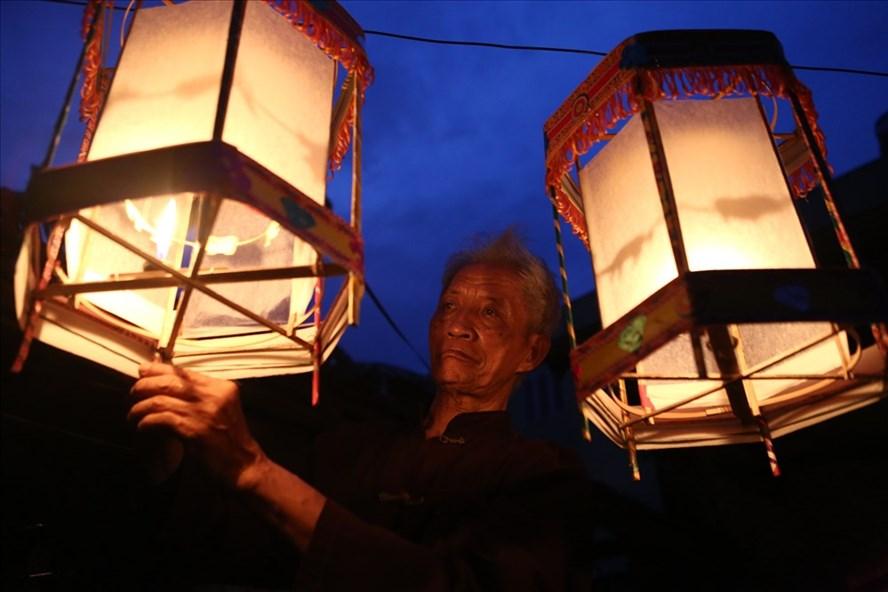 Tối đến những chiếc đèn kéo quân thắp sáng góc sân nhà ông Nguyễn Văn Quyền.