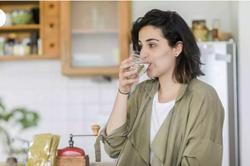 9 cách đơn giản bất ngờ để uống đủ nước hàng ngày