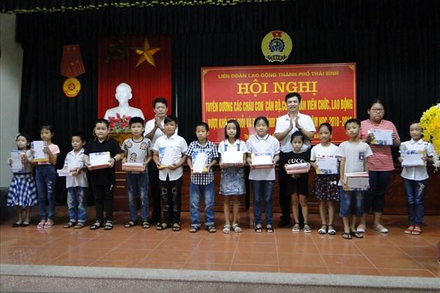 Lãnh đạo Thành phố, LĐLĐ tỉnh trao quà động viên các cháu đạt thành tích cao trong học tập. Ảnh: B.Mạnh