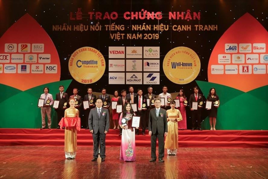 Bà Trần Thị Thanh Thủy – Phó Tổng giám đốc SeABank lên nhận giải thưởng ý nghĩa. Ảnh: SeABank