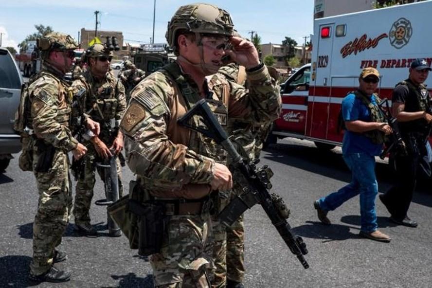 Lực lượng chức năng triển khai tại hiện trường vụ xả súng. Ảnh: CNN.