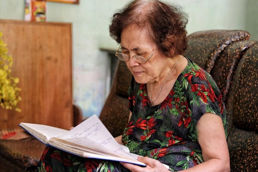 Bà Thoa - người có 25 năm dạy học miễn phí cho trẻ khiếm khuyết Sơn Tây. Ảnh: TH.