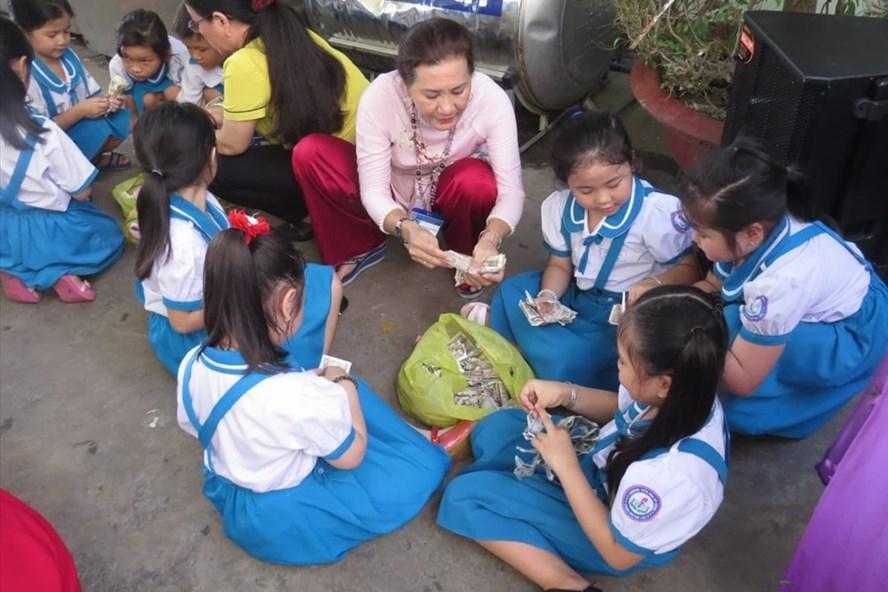 Khai giảng năm học mới, các trường tổ chức ngày hội khui heo đất, tổng số tiền trên 3 tỉ đồng giúp các hoàn cảnh khó khăn. Ảnh Nhật Hồ.