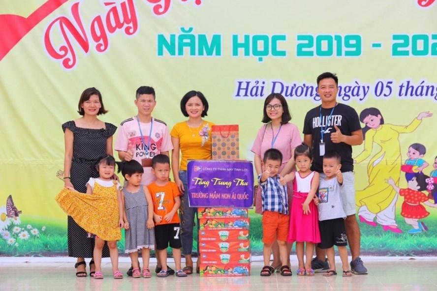 Công đoàn Cty TNHH may Tinh Lợi tặng quà Trung thu cho các cháu Trường mầm non Ái Quốc, TP.Hải Dương. Ảnh: DIỆU THUÝ