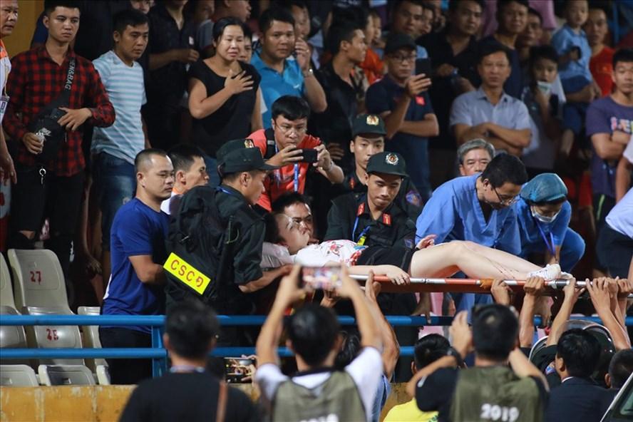 CĐV nữ bị trọng thương phải cấp cứu vì quả pháo dù bắn từ khu CĐV Nam Định bên khán đài B sang khán đài A. Ảnh: H.A