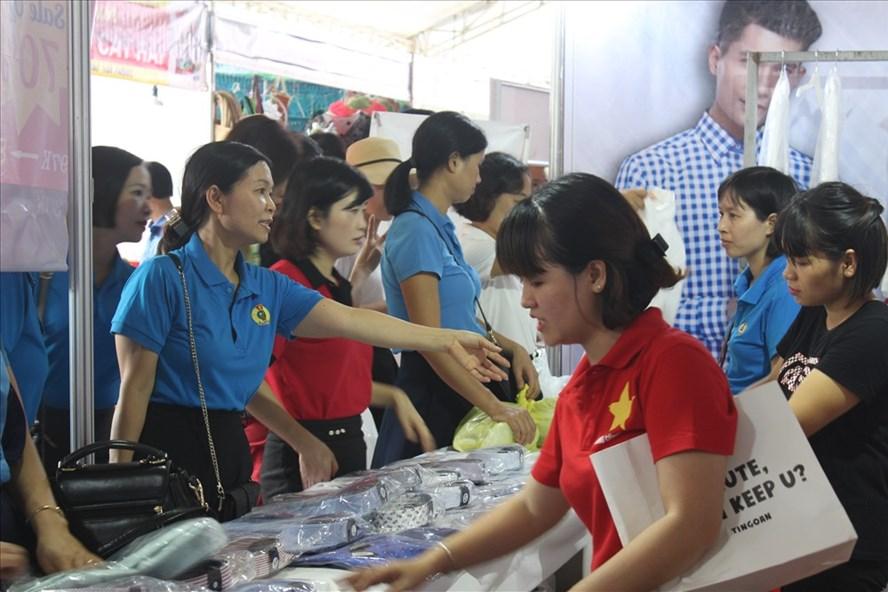 """Công nhân tham gia """"Ngày hội công nhân -Phiên chợ nghĩa tình"""" được lựa chọn sản phẩm hàng hoá giá ưu đãi."""