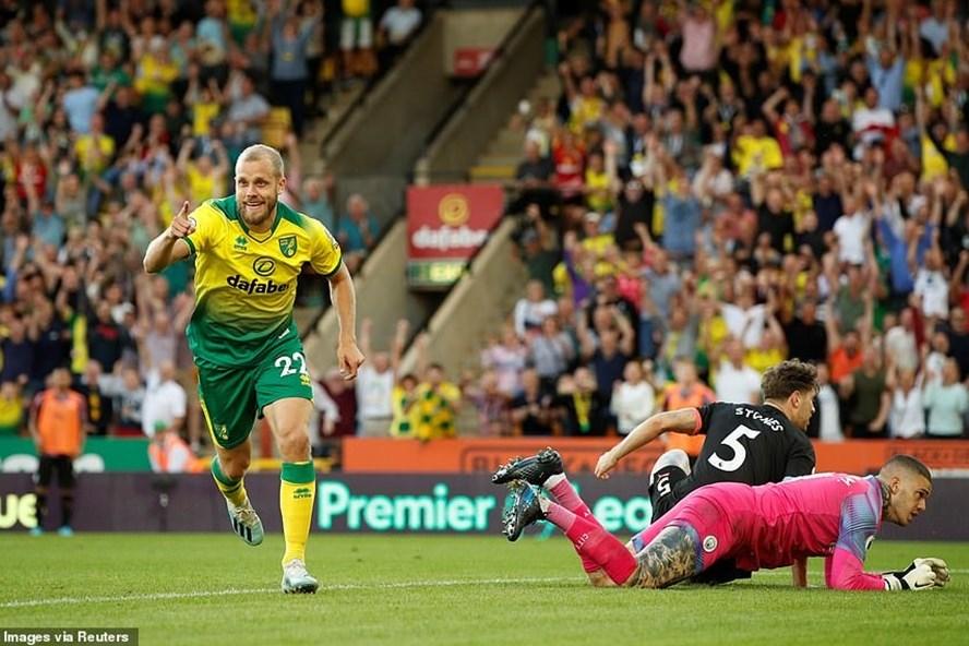 Teemu Pukki (trái) góp 1 bàn thắng và 1 kiến tạo trong thắng lợi của Norwich trước Man City. Ảnh: Reuters.