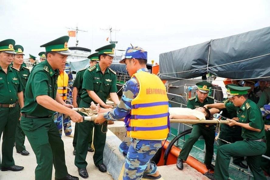 Cơ quan chức năng Quảng Trị cứu hộ thuyền viên Nghệ An bị trôi biển do tàu chìm. Ảnh: PV
