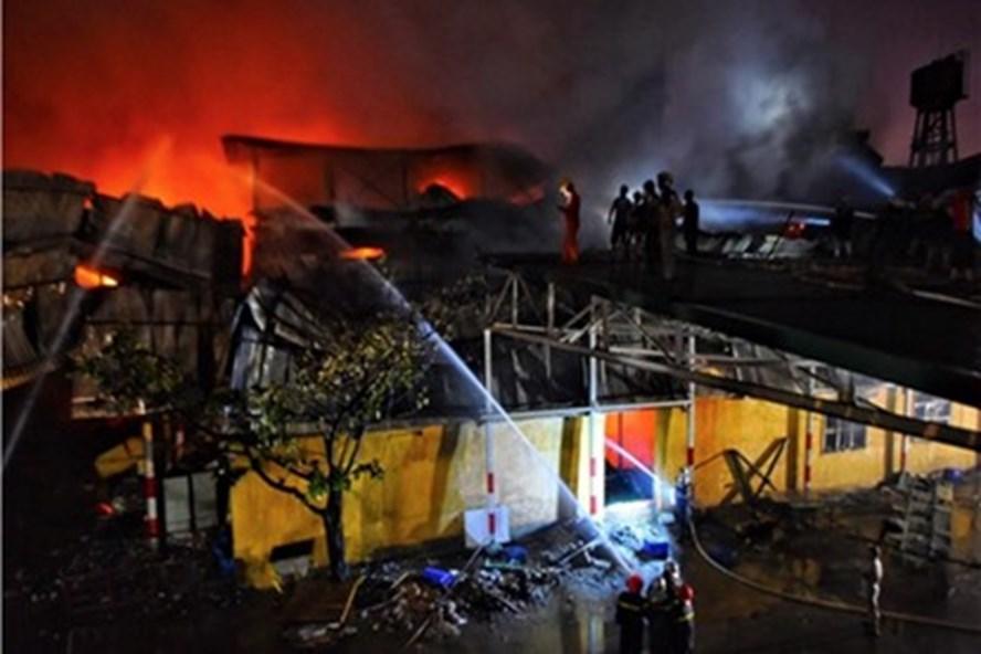 Đám cháy tại công ty Rạng Đông. Ảnh Nguyễn Hà