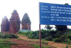 Tháp Dương Long, thời điểm đang trùng tu, bởi một công ty xây dựng địa phương (ảnh N.T.H)