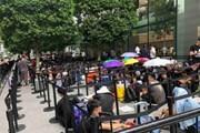 Hàng trăm người vạ vật xếp hàng chờ mua iPhone 11