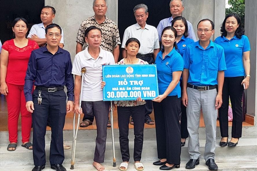 Đại diện lãnh đạo LĐLĐ tỉnh Ninh Bình trao tiền hỗ trợ cho gia đình chị Hoàng Thị Hạnh. Ảnh: NT
