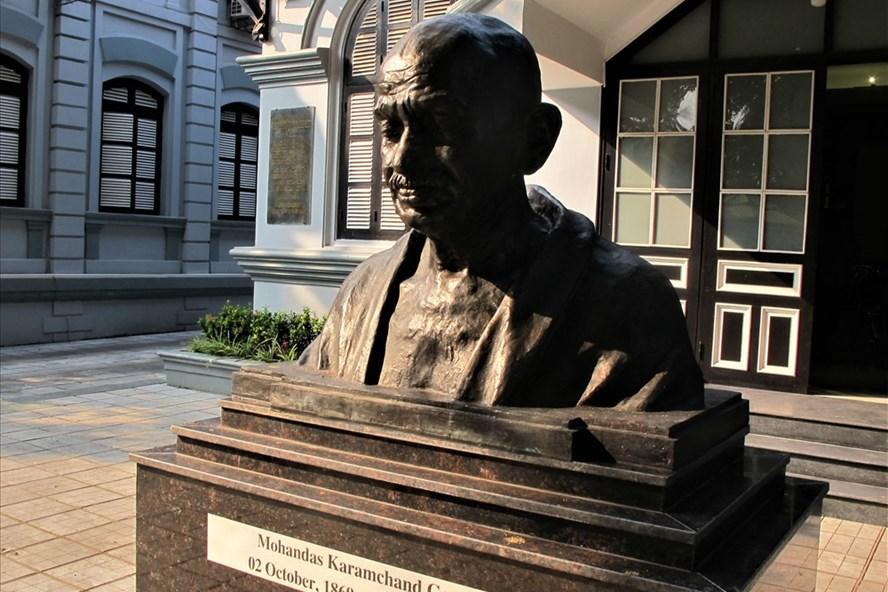 Tượng bán thân Mahatma Gandhi (do nhà điêu khắc Ram Vsutar sáng tác, hoàn thành ở tháng 8.2014), đặt trong khuôn viên Đại sứ quán Ấn Độ tại Hà Nội, khánh thành vào tháng 8.2018. Ảnh: L.Q.V