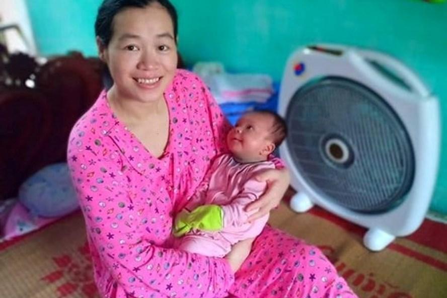 Chị Hồng hạnh phúc được làm mẹ. Ảnh NVCC