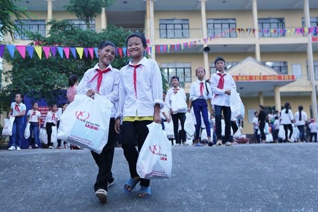 Học sinh trường Dân tộc bán trú Thanh Sơn (Quảng Ninh) nhận quà tặng từ Quỹ xã hội từ thiện TLV Báo Lao Động. Ảnh: HẢI NGUYỄN