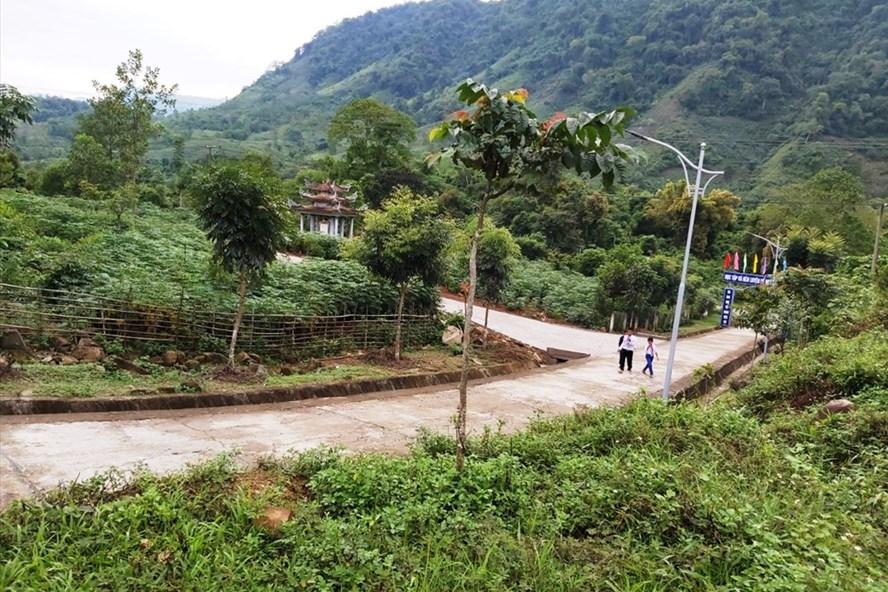 Đường liên thôn xã A Ngo đấu nối vào đường nội bộ trong khuôn viên trường học tiềm ẩn nguy cơ mất an toàn. Ảnh: PV