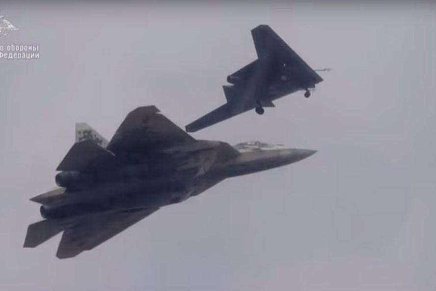 Su-57 và Okhotnik. Ảnh chụp màn hình.