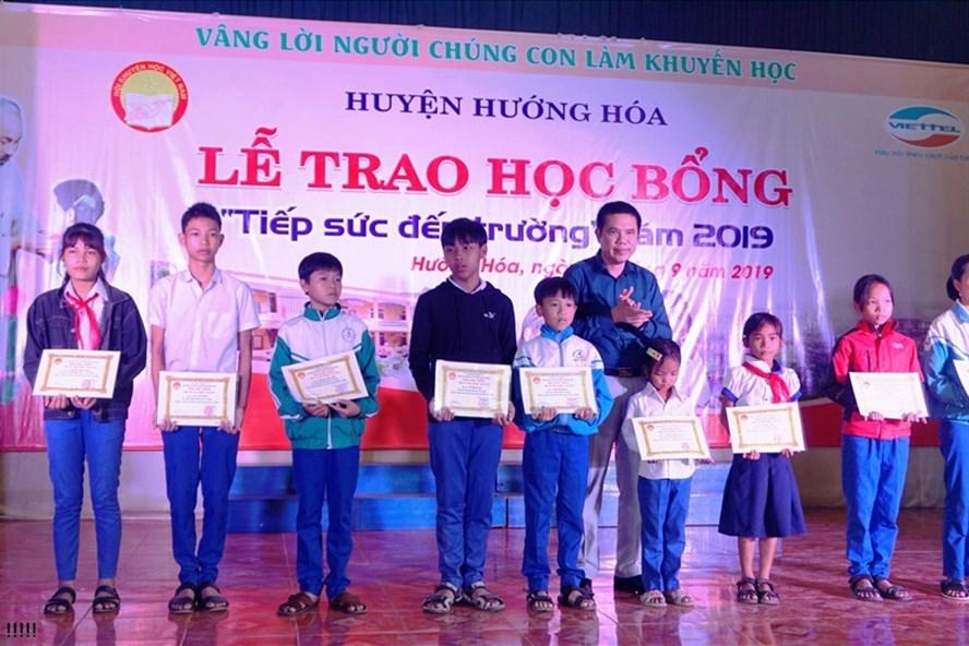 Nhà báo Lâm Chí Công - Trưởng VP Bắc Trung bộ trao học bổng Quỹ Tấm lòng Vàng cho học sinh. Ảnh: PV